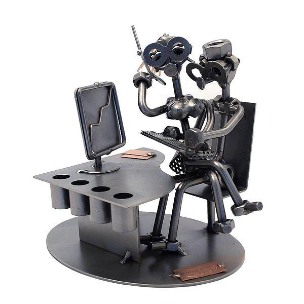 Schraubenmännchen beim Officemeeting mit Stiftehalter im Schreibtisch